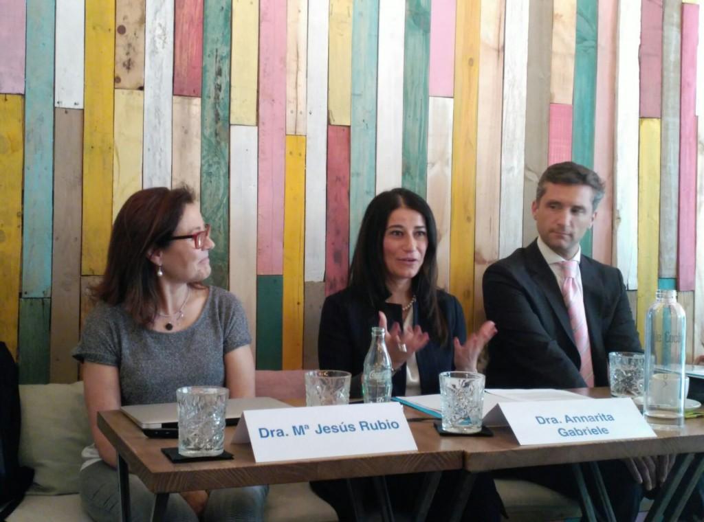 Los doctores: María Jesús Rubio, Annarita Gabriele y Lucas Minig durante la charla